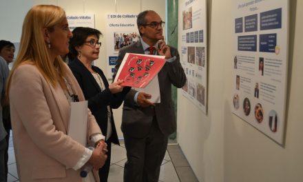 El consejero de Educación y la alcaldesa inauguran en Collado Villalba una exposición sobre la enseñanza de idiomas