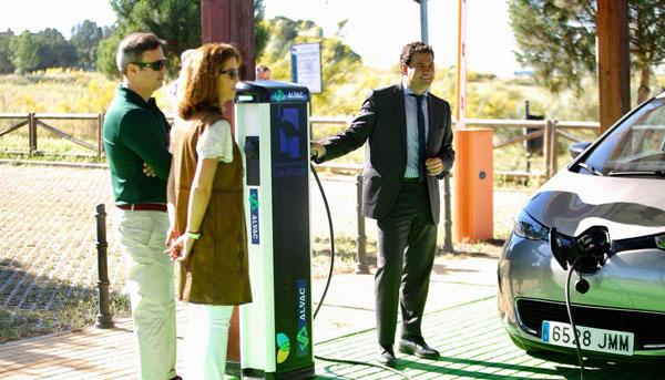 Punto de recarga para coches eléctricos con energía solar