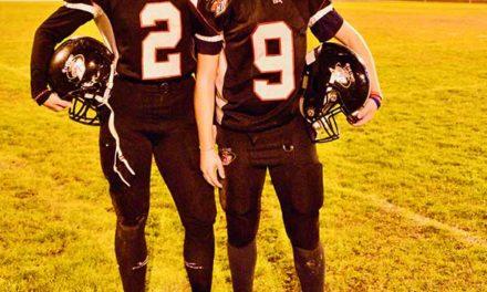 Dos jóvenes, primeras mujeres en jugar en un equipo masculino de Football americano