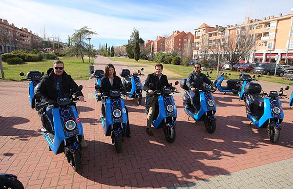 Motos eléctricas para compartir a disposición de usuarios en el Parque Empresarial de Las Rozas