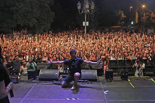 'Villalba Suena', congregó a miles de jóvenes  en la Plaza de la Estación de Collado Villlaba