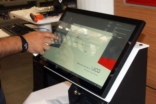 La Biblioteca Ricardo León estrena máquina de autopréstamo de libros