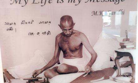 Una exposición fotográfica recorre la vida de Gandhi