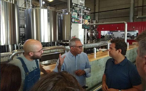 Izquierdo y de la Uz visitan la fábrica de cervezas La Virgen