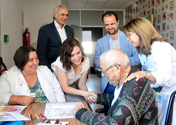 Díaz Ayuso visita el Hospital de Guadarrama, especializado en cuidado de pacientes de mediante estancia