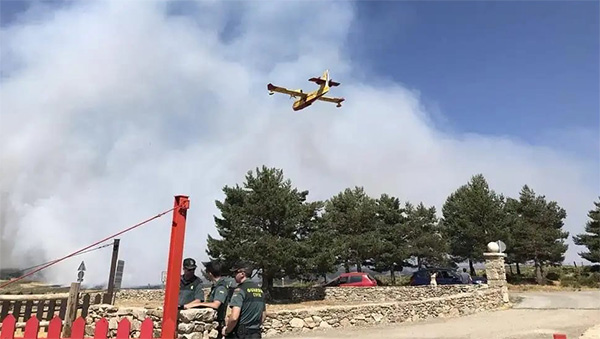 Medios aéreos y terrestres trabajan en la extinción del incendio de Miraflores