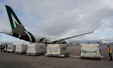 Un quinto avión con material sanitario llega a Barajas con 3,7 millones de mascarillas y guantes