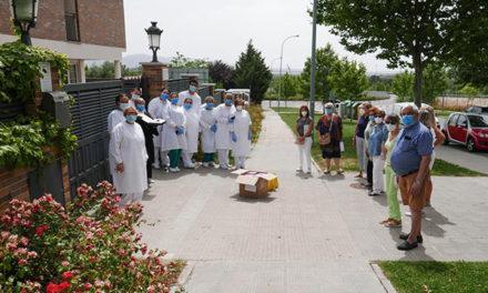 Familiares de residentes rinden homenaje al equipo de la residencia Guadarrama-Escorial