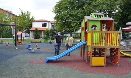El Ayuntamiento de Guadarrama renueva los juegos infantiles en los parques