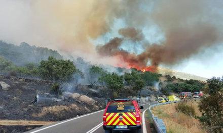 Continúa activo el incendio iniciado ayer en Robledo de Chavela