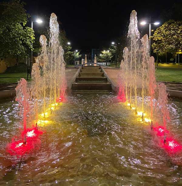 Las fuentes de Majadahonda se iluminan con los colores de la bandera de España