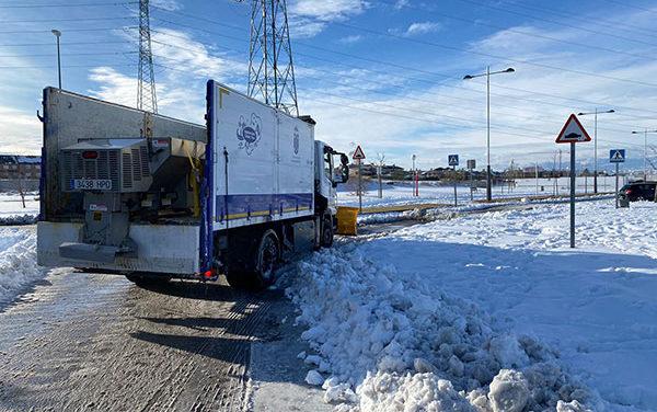 Majadahonda incorpora tres retroexcavadoras y tractores con cuchillas para retirar la nieve