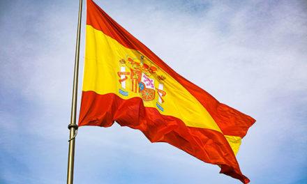 Banderas de España en los accesos a urbanizaciones de Las Rozas