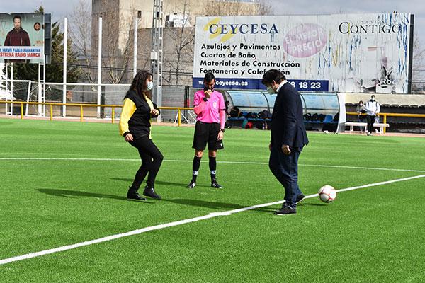 El campo de fútbol El Chopo estrena césped con certificado FIFA Quality Pro